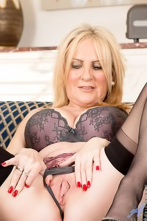 Leathery blond-haired MILF shows off her wrinkly pussy on cam